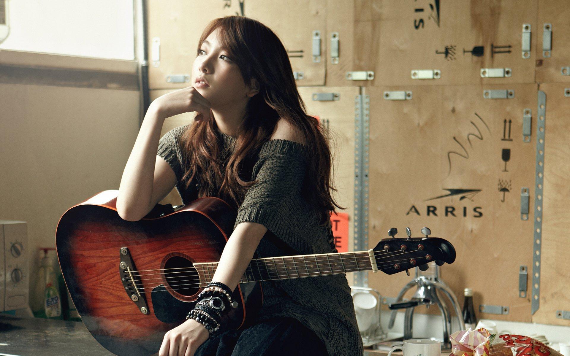 Азиатка с гитарой  № 465988 бесплатно