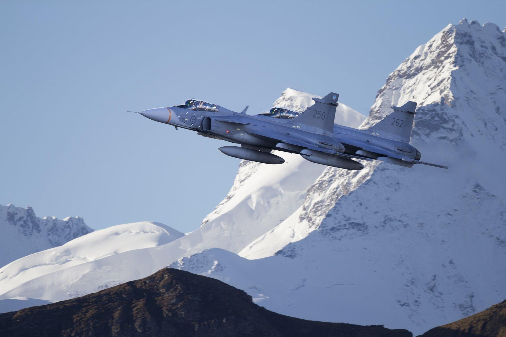 отличить фото боевых самолетов над горами становления концерна