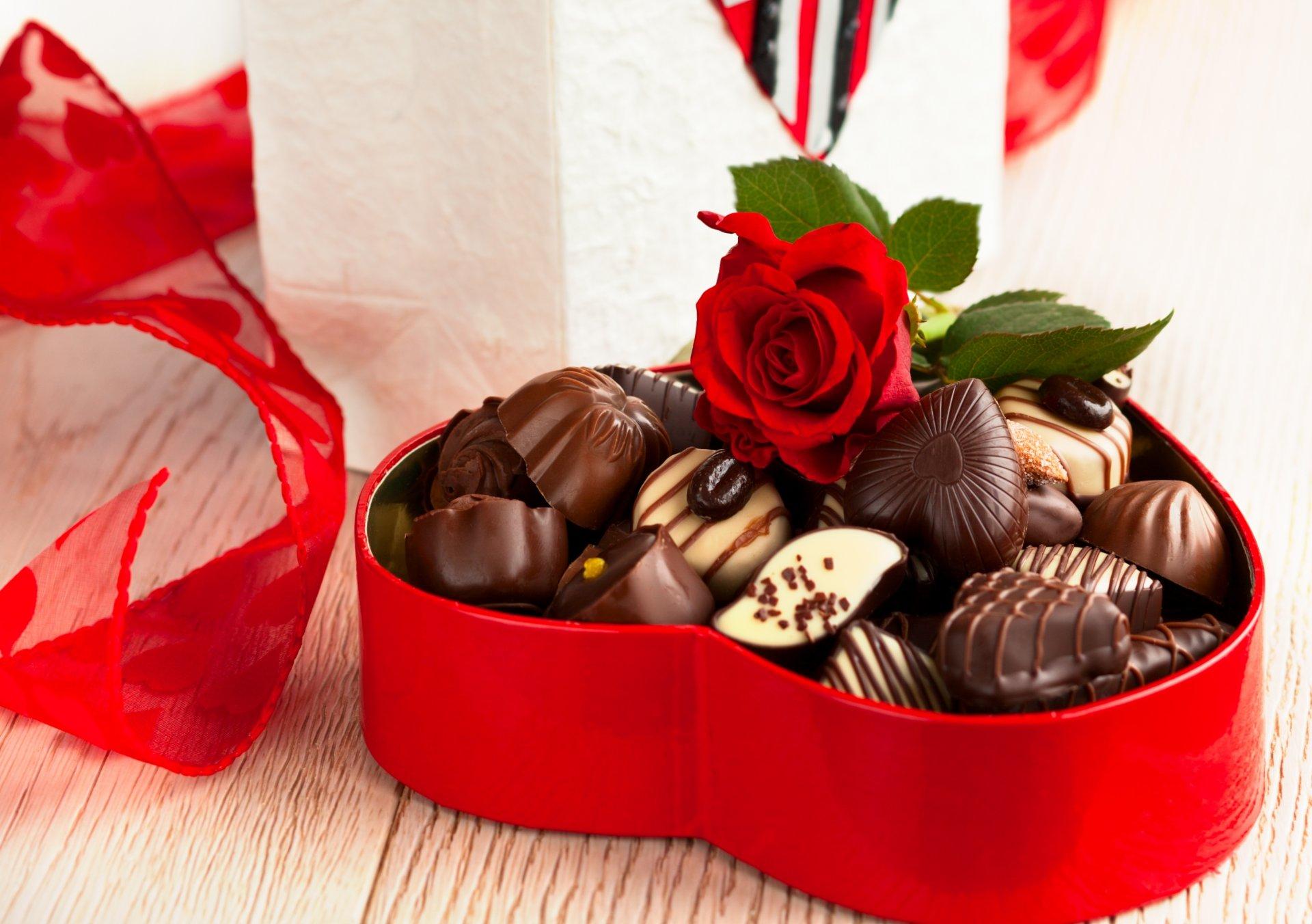 Днем рождения, открытка цветы и конфеты