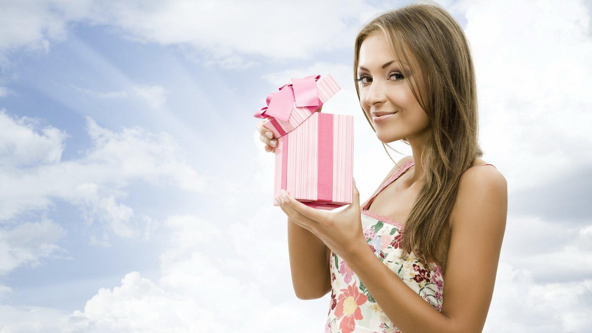 Фото девушек с подарком 13