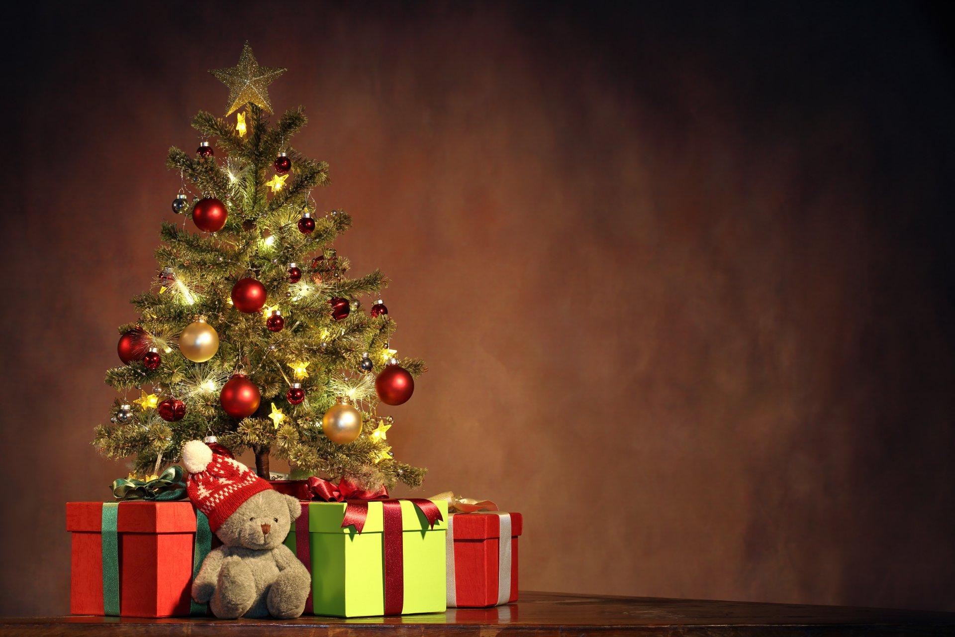 Новогодние картинки с елкой и подарками, буду ждать