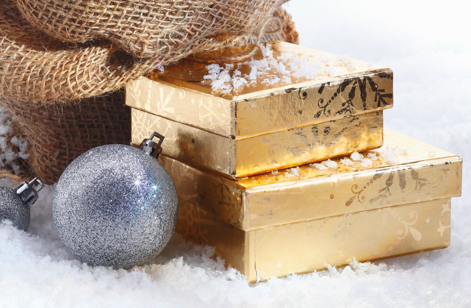 это картинки новогодних шаров и подарков когда просто идете