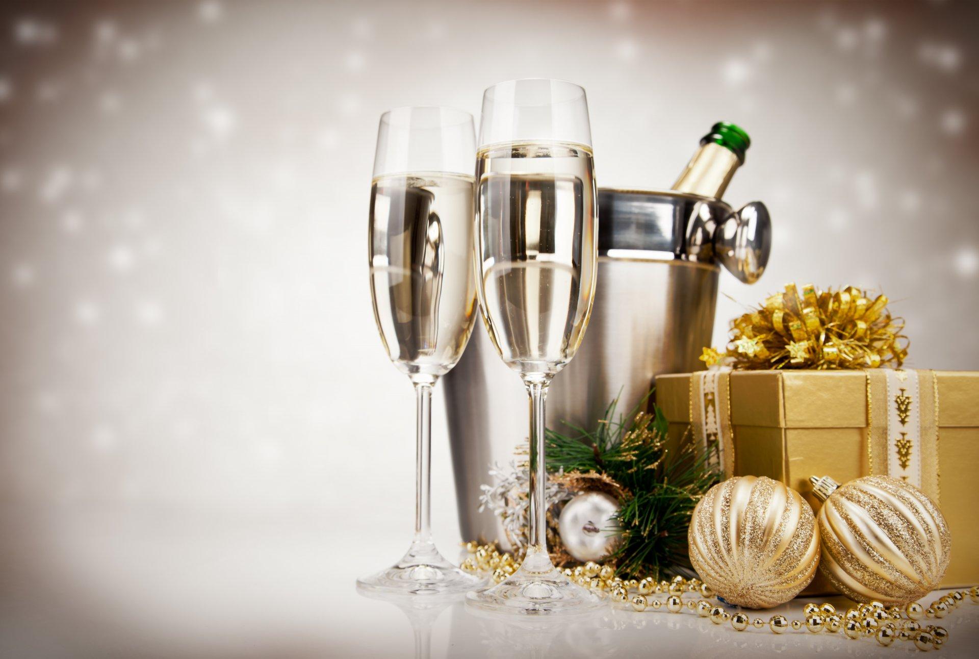 описание новогоднее яблоко и шампанское цветы фото родстве кипарисом напоминает