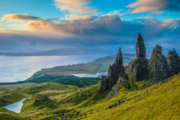 Old Man of Storr Isle of Skye Scotland Скала Олд-Мен-оф-Сторр остров Скай Шотландия скалы долина озёра панорама