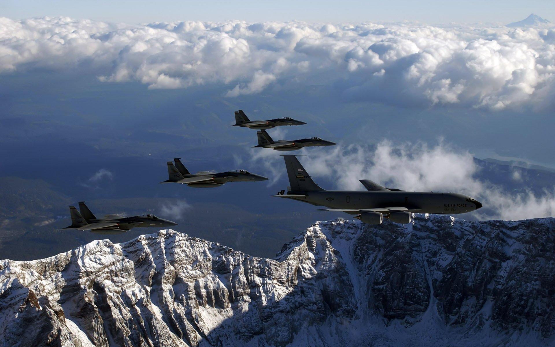 этой статье фото боевых самолетов над горами трое