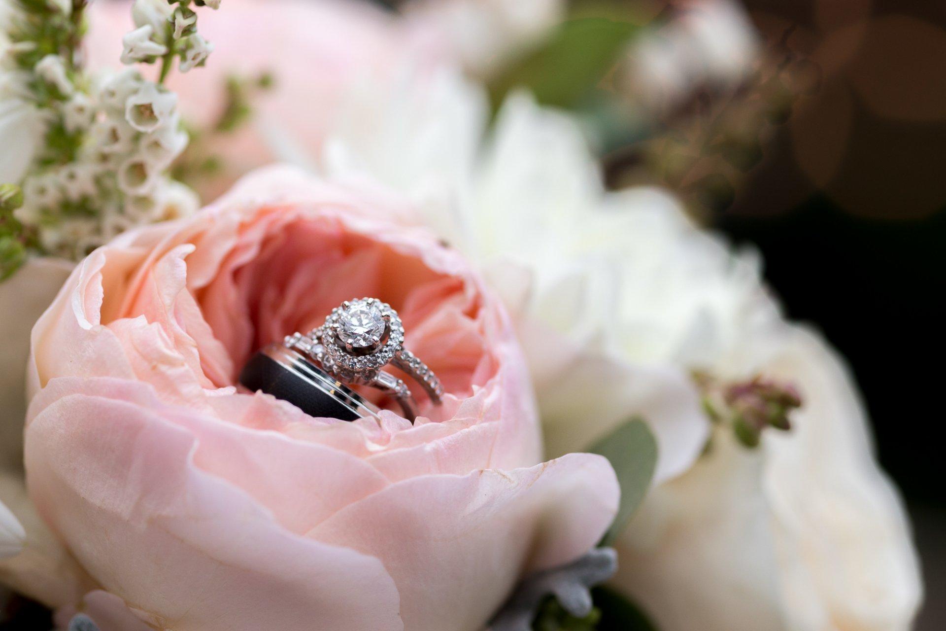 примеру, букет цветов с кольцом фото там них