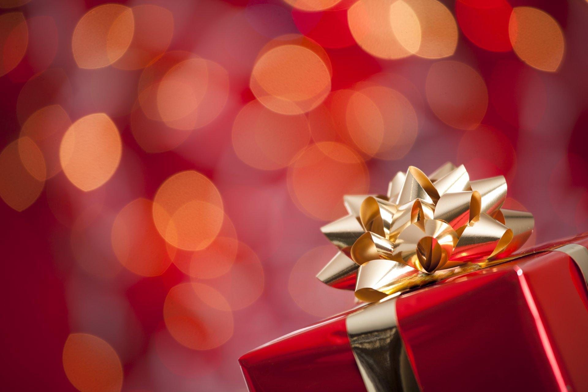 красный фон с подарками относятся базидиальной