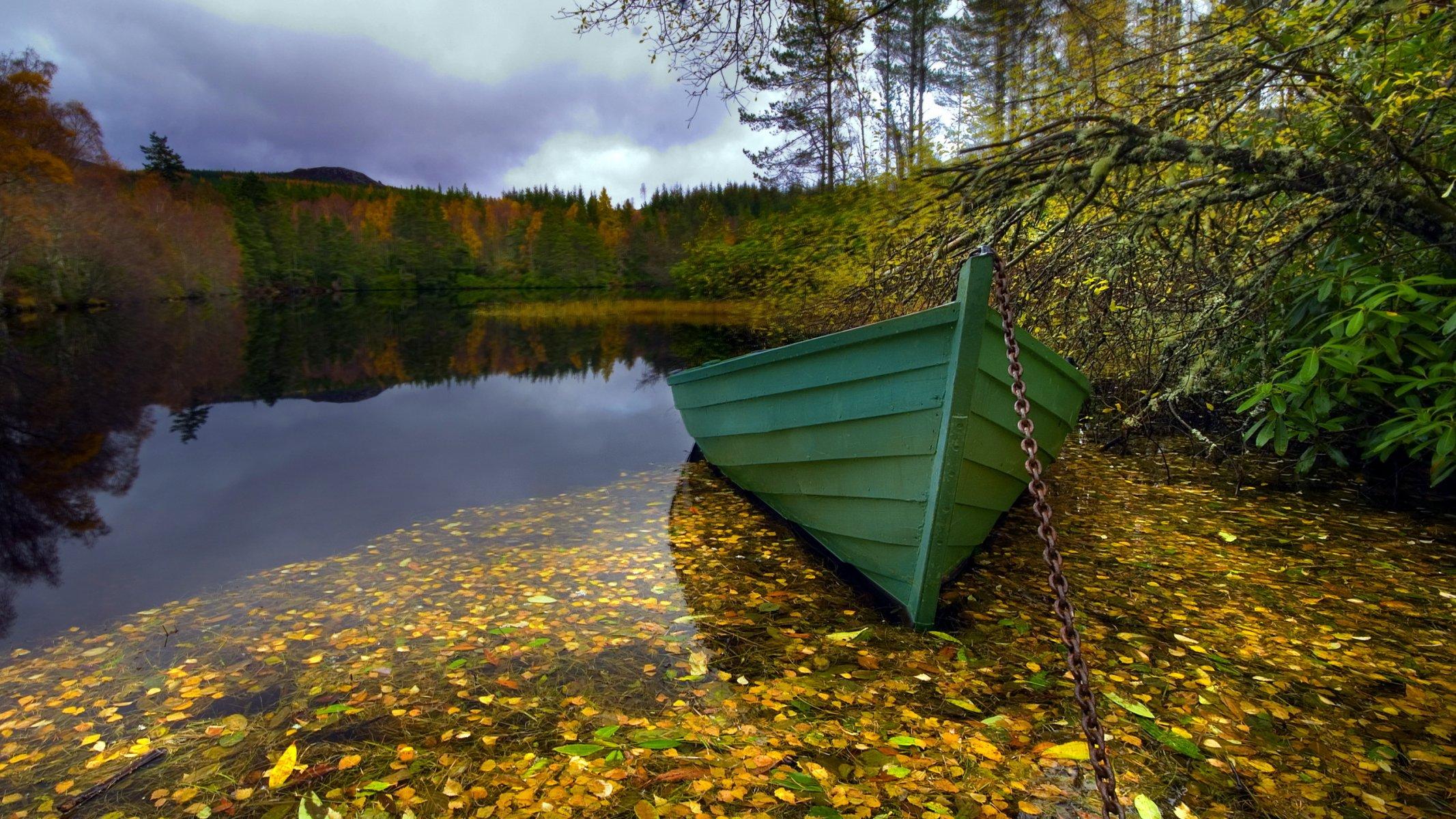 Лодка на берегу зеленого озера  № 2492993  скачать