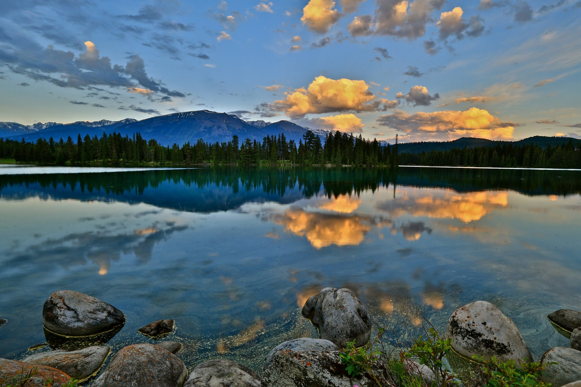 Облака над озером, галька, горы, лес  № 2950495 бесплатно