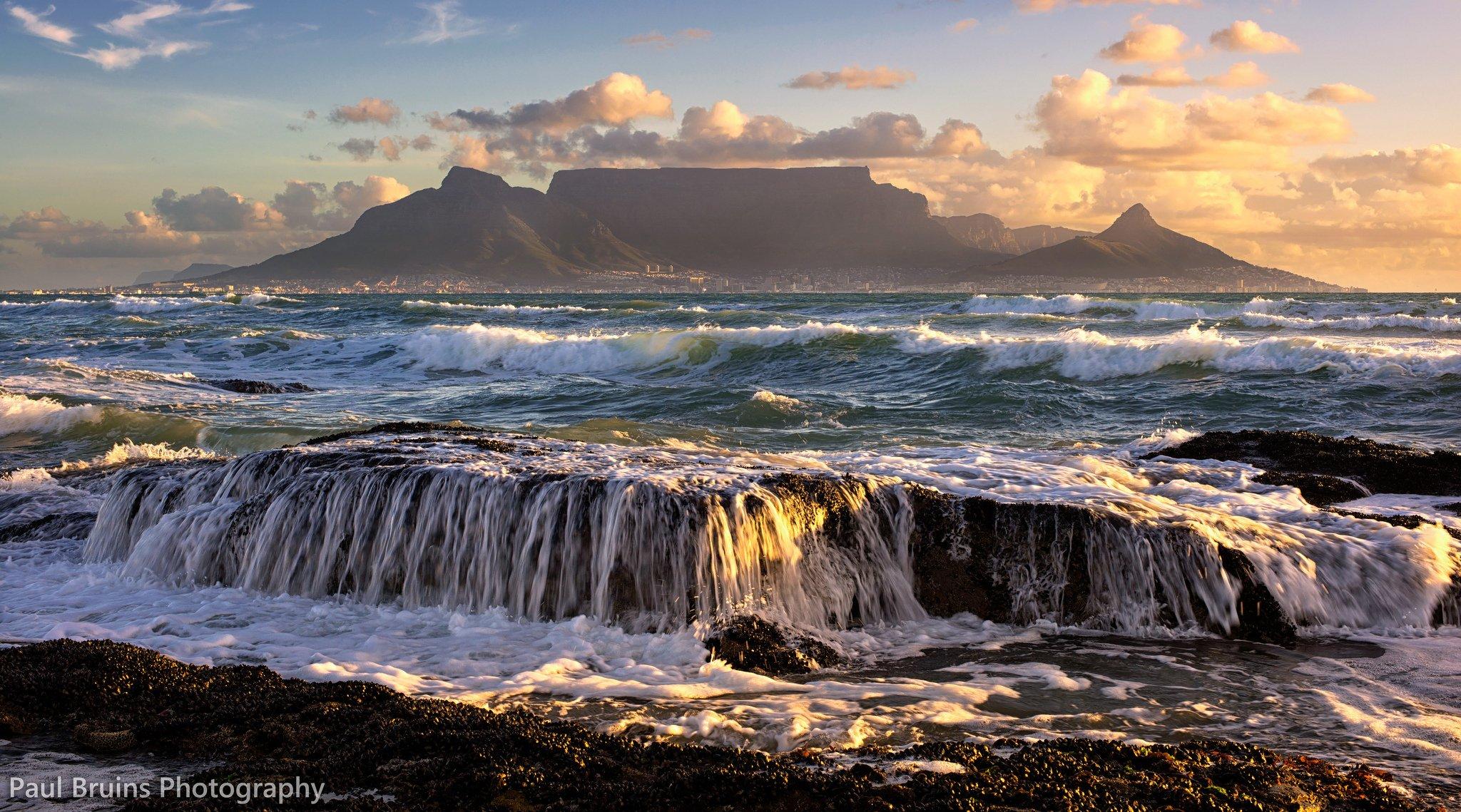 Горы у океана  № 1670883 бесплатно