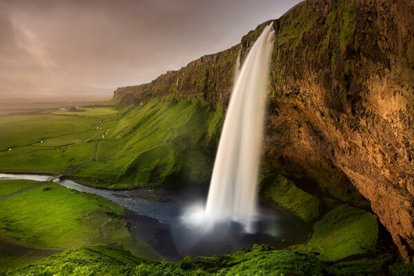 Исландия Seljalandsfoss waterfall водопад скалы речка тропа мостик зелень